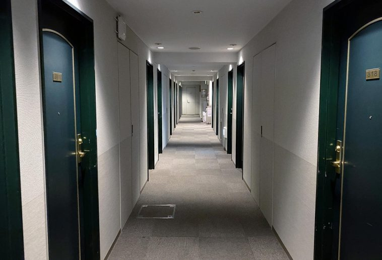 白い廊下に深緑の扉
