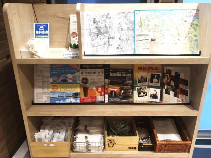 地図など観光案内やカミソリ、お茶などアメニティー