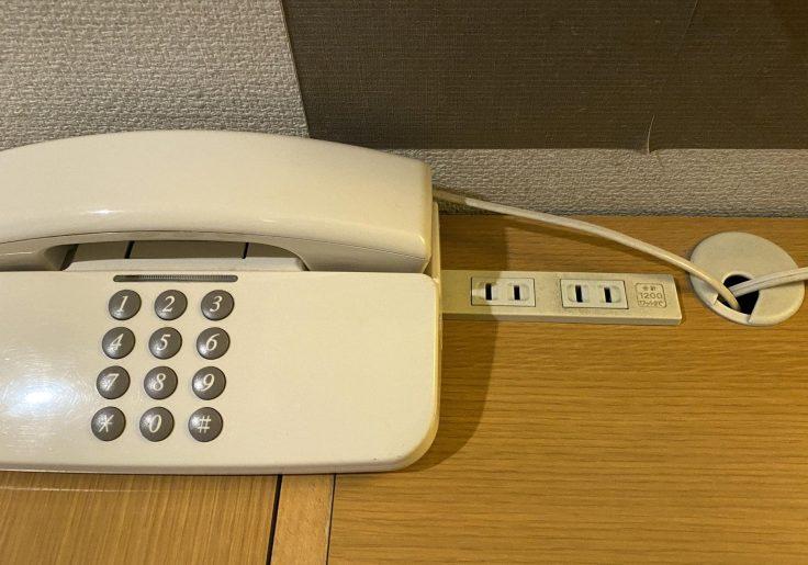 電話機横にコンセント二口