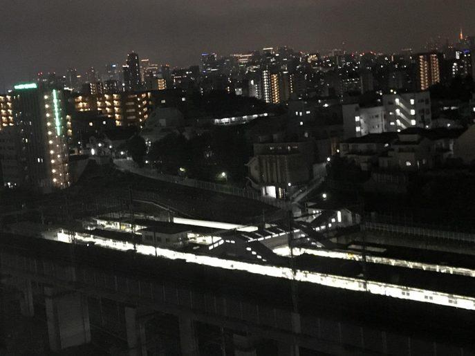窓の外から田端駅のホーム・新幹線など