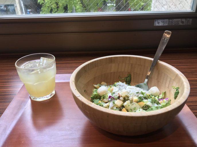 朝食ビュッフェの新鮮なサラダ