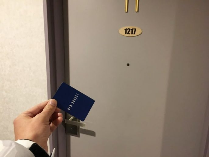 客室ドアとカードキー