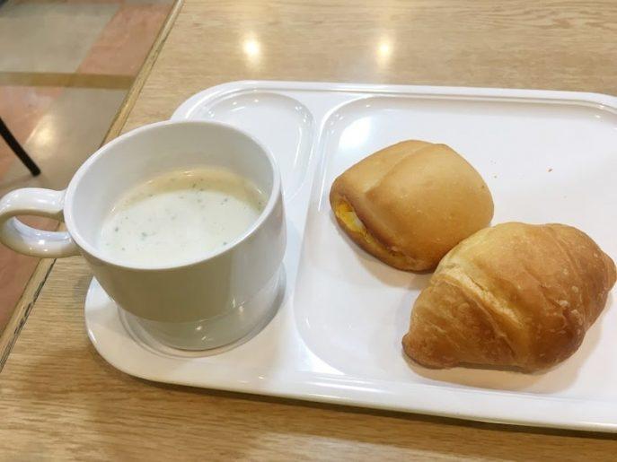 朝食のパンとスープ