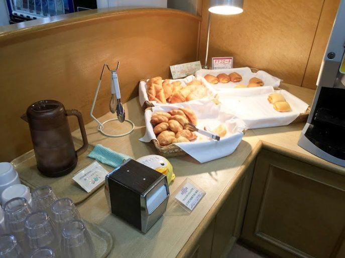軽朝食の焼きたてパン
