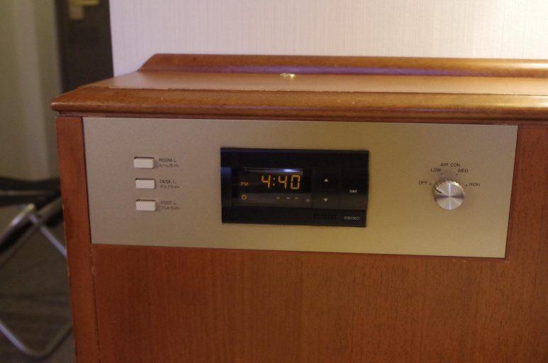 枕元には照明操作、目覚まし時計、空調コントローラー