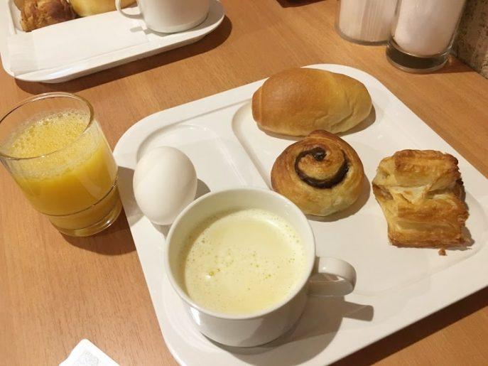 焼きたてのパンの朝食