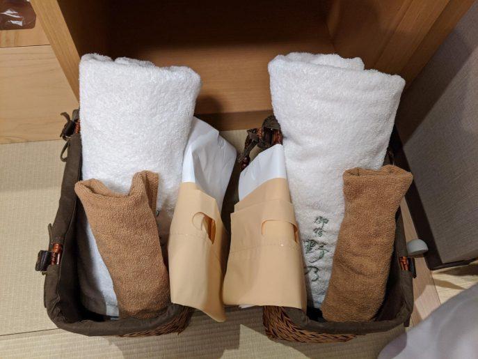 バスタオル、フェイスタオル、着替えなどが持ち運べる籠
