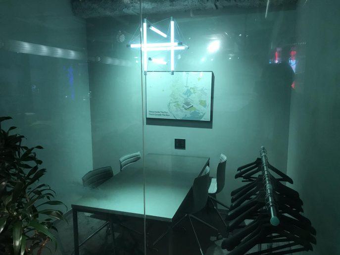 ガラスで仕切られたミーティングスペース2