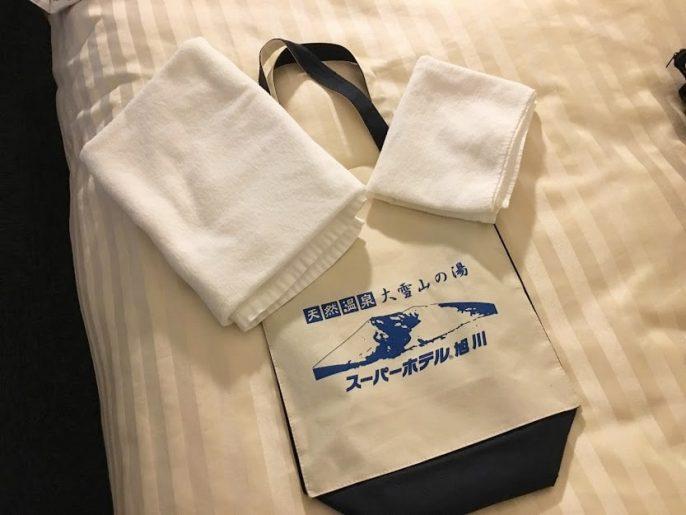 バッグに入ったバスタオルとフェイスタオル