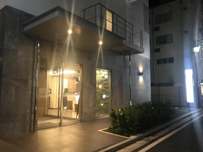 スーパーホテル湘南・藤沢駅南口の夜の外観
