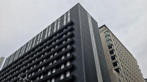 「ホテル モンテ エルマーナ福岡」2017年築、コンビニに囲まれた立地!