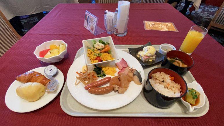 朝食の盛り付け