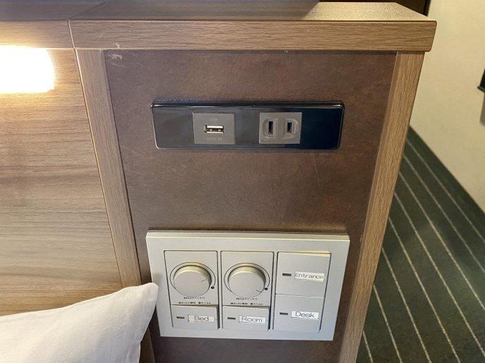 ベッドの枕元の電源