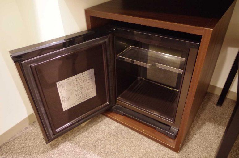 テーブルの下に冷蔵庫