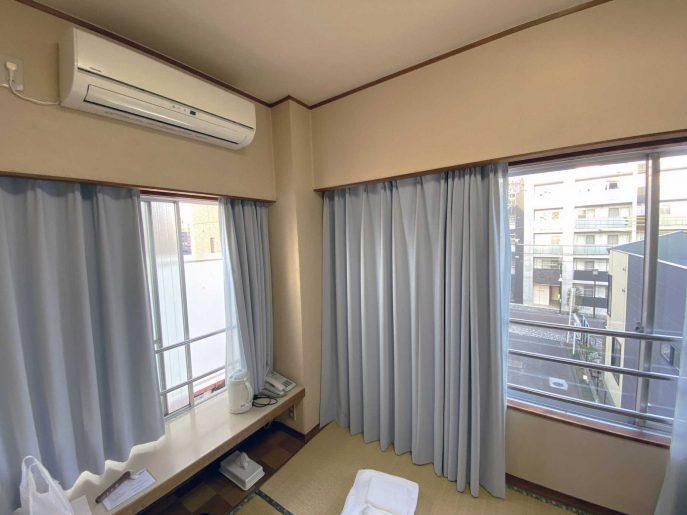 部屋の二つの窓