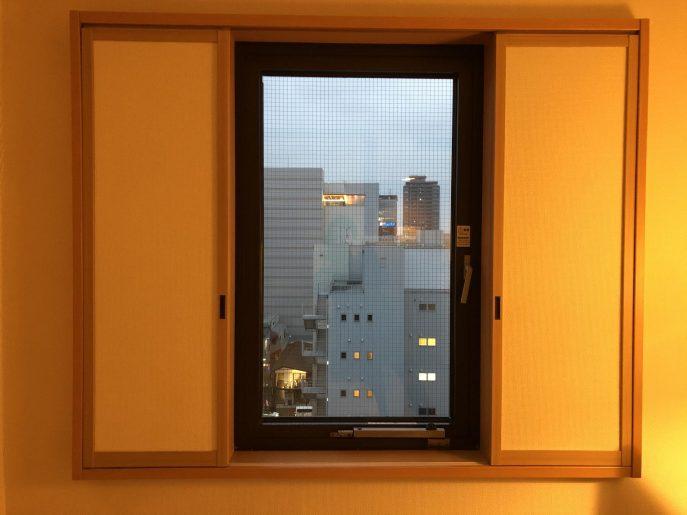 カーテンがない窓