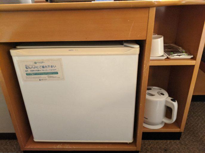 小型の冷蔵庫と電気ポット