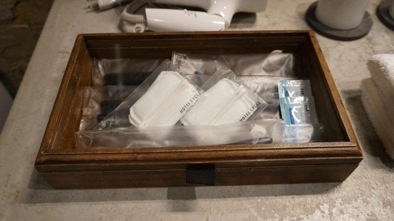 木製の小箱に入ったアメニティ
