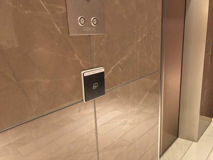 エレベーターにカードキーをタッチ