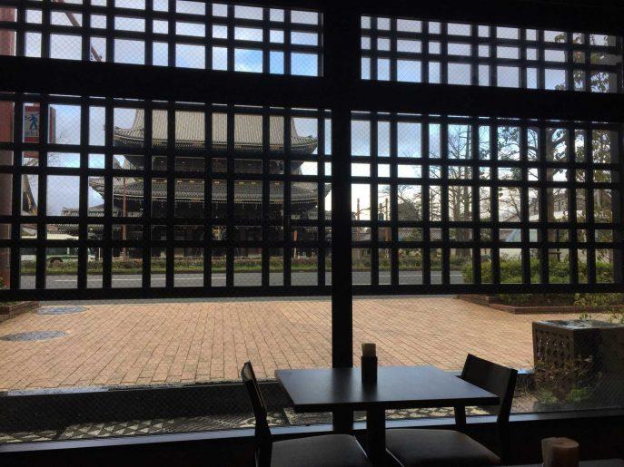 窓越しに東本願寺御影堂