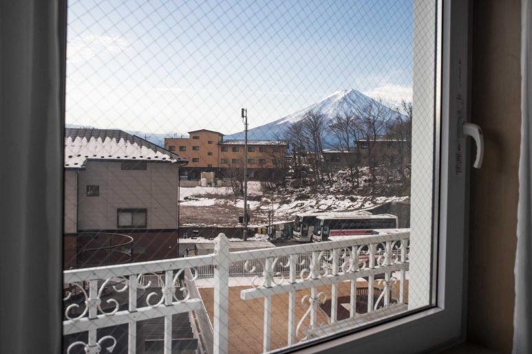 窓の外に富士山