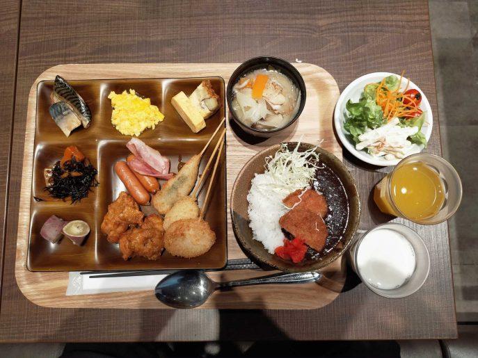 朝食盛り付け