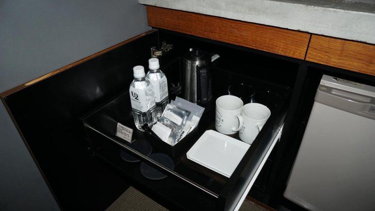 机の引き出しの中のコーヒーや紅茶