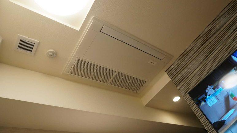 天井にエアコン