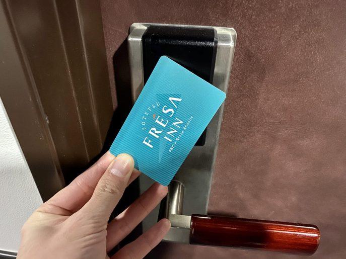 カードキーでオートロックを解除