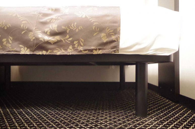 高い位置にあるベッド