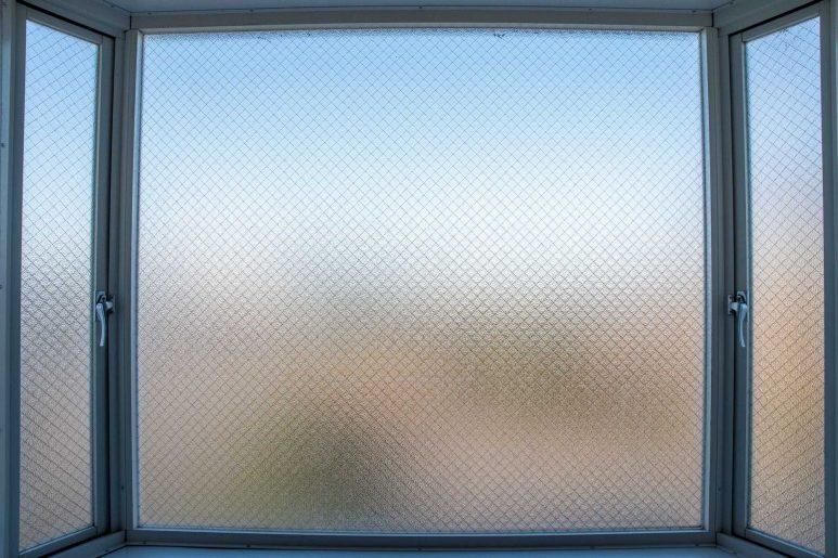 曇りガラスの窓