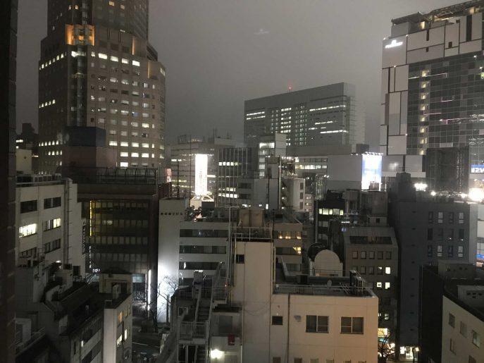 窓から見える夜景