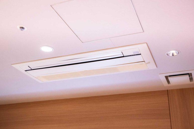 天井とエアコン