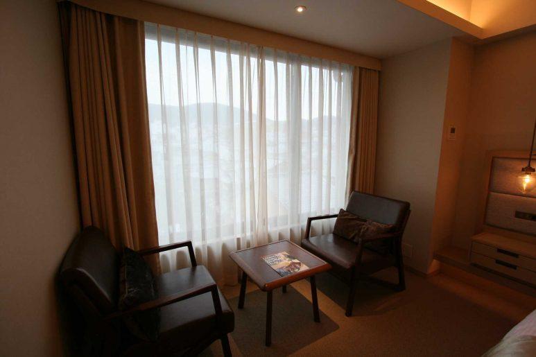 窓際の椅子とテーブル
