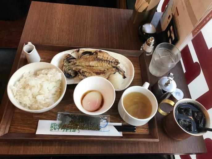 友有路で食べる朝食はアジの塩焼き