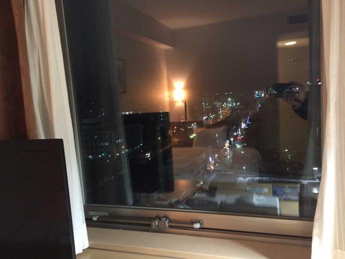夜の窓の外の景色