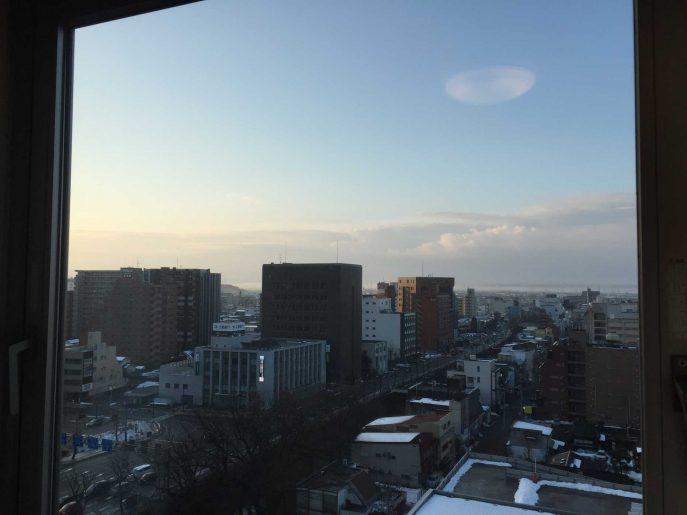 朝の窓の外の景色