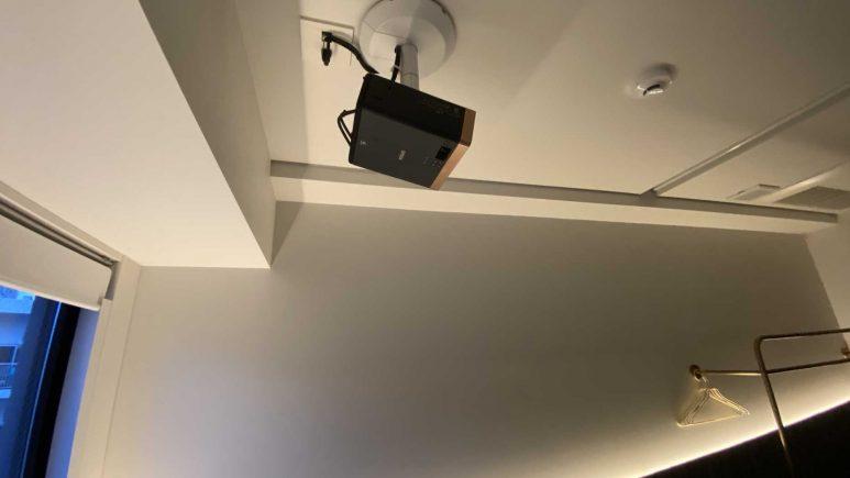 天井のプロジェクター